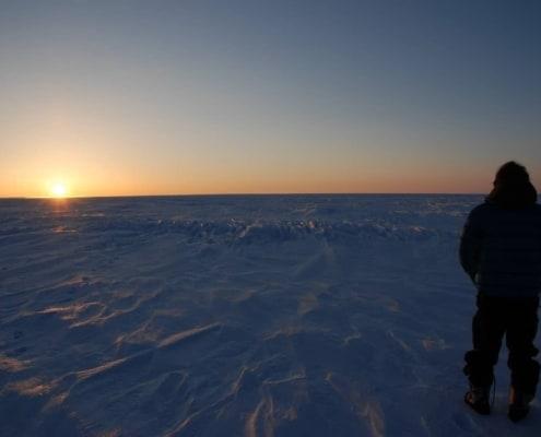 Jeffrey Ringrose kijkt naar de zonsondergang op Groenland