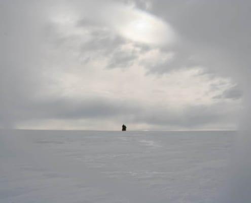 Expeditielid aan de horizon op Groenland