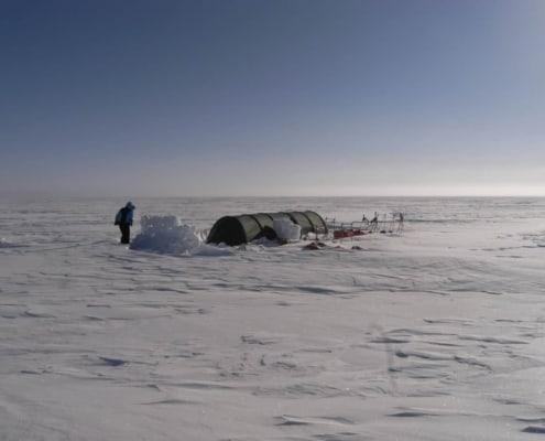 Tent staat geheel alleen op Groenland