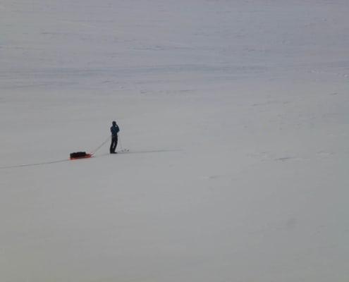 alleen op de skies op een meer