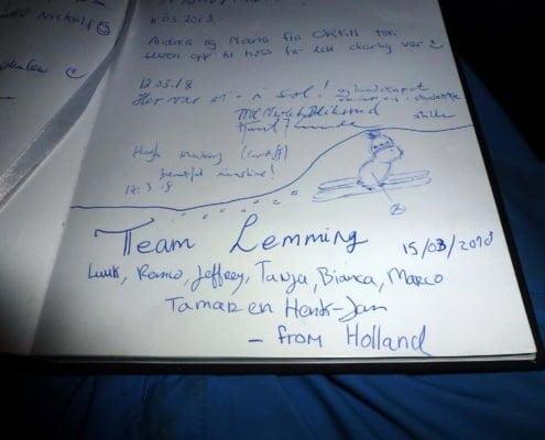 Aantekeningen in het gastenboek in de hut