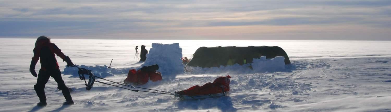 tent met sneeuwmuur op Groenland