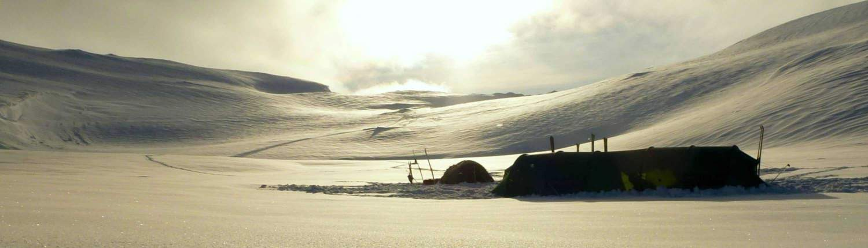 Tent in de sneeuw in de Hardangervidda, Noorwegen