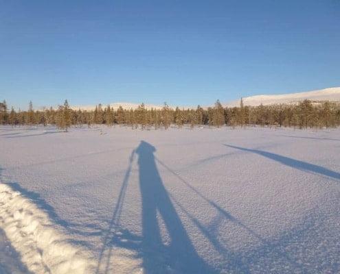 Lange schaduw in de sneeuw