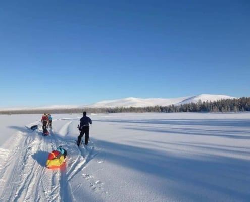 Skien over een meer in Fins lapland