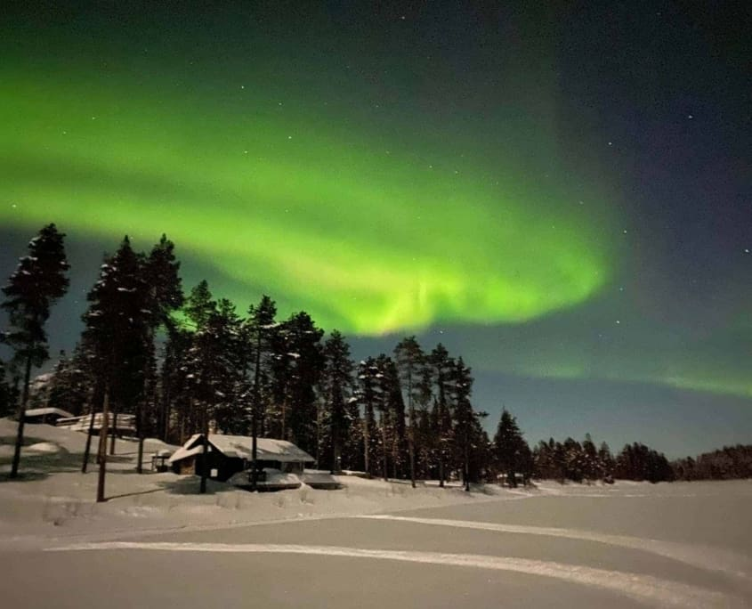 Noorderlicht boven de Torneälven in Zweeds Lapland