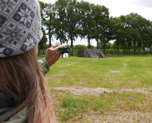 Kompaskoers schieten in een weiland