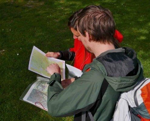 Overleg over de locatie met de topografische kaart