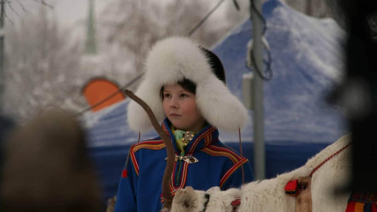 jongen in klederdracht op de Sami jaarmarkt in Jokkmokk
