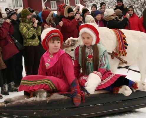 kinderen op een slee op de Sami jaarmarkt in Jokkmokk
