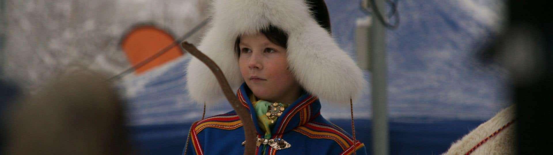 Jongentje op de Sami jaarmarkt in Jokkmokk