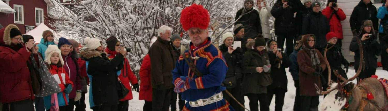 oudere man op de Sami jaarmarkt in Jokkmokk