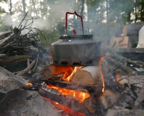 Water koken op een kampvuur