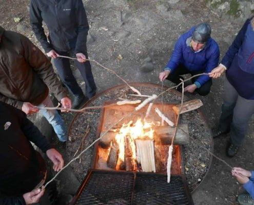 Brood bakken boven een kampvuur