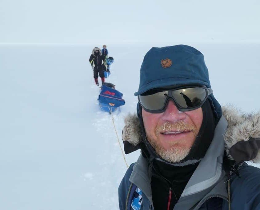Tijdens de oversteek van Groenland lopen de deelnemers achter elkaar aan.