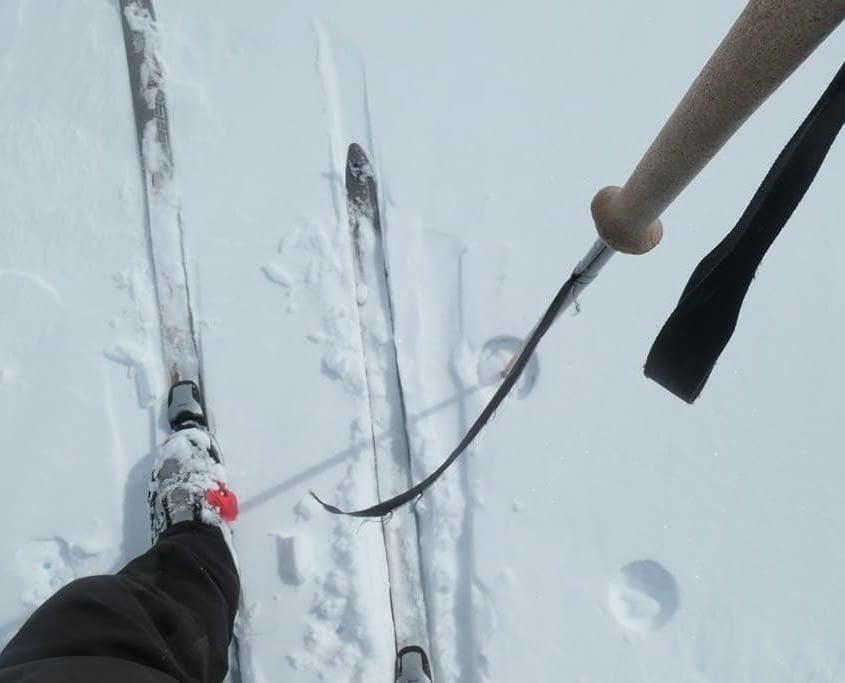 Het windvaantje maakt een hoek ten opzichte van de ski's